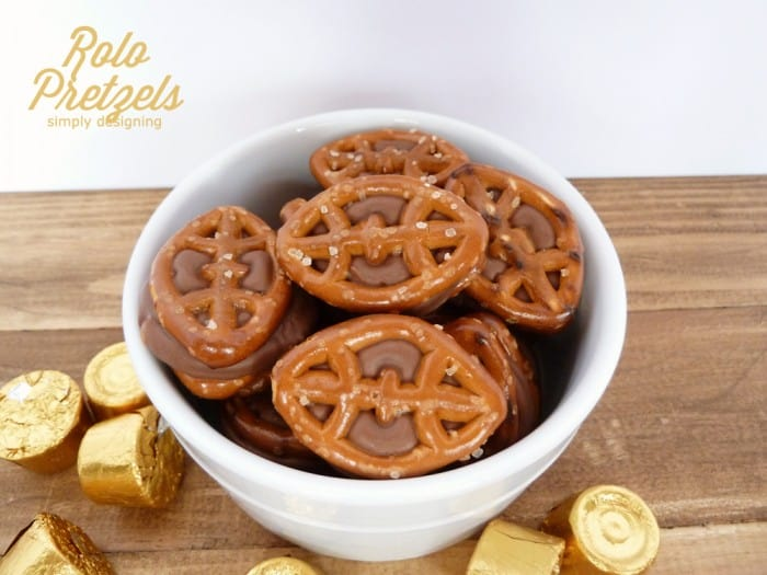 Chocolate Caramel Pretzels (aka Rolo Pretzels) with FREE Printable: Game Day Style | #recipe #football #gameday #chocolate #printable