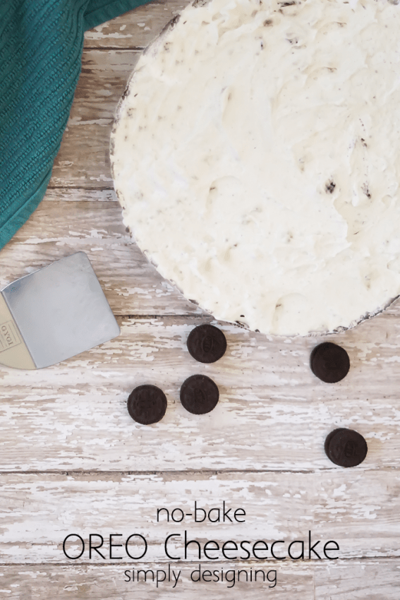 No-Bake Oreo Cheesecake - this simple recipe makes an absolutely drool-worthy cheesecake without a lot of work time or ingredients